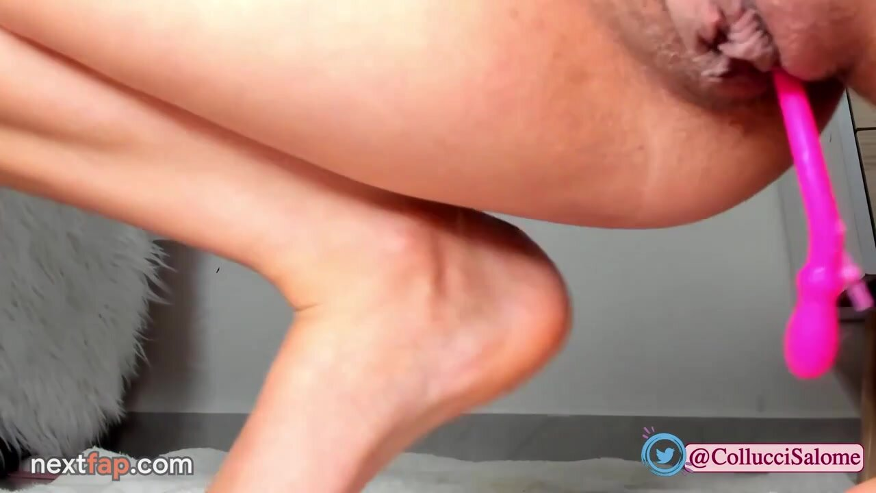Hot babe rubs her pussy with magic wand to massive squirt
